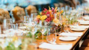 aranjament-floral-masa-restaurant-chuttersnap-unsplash-1920x1080